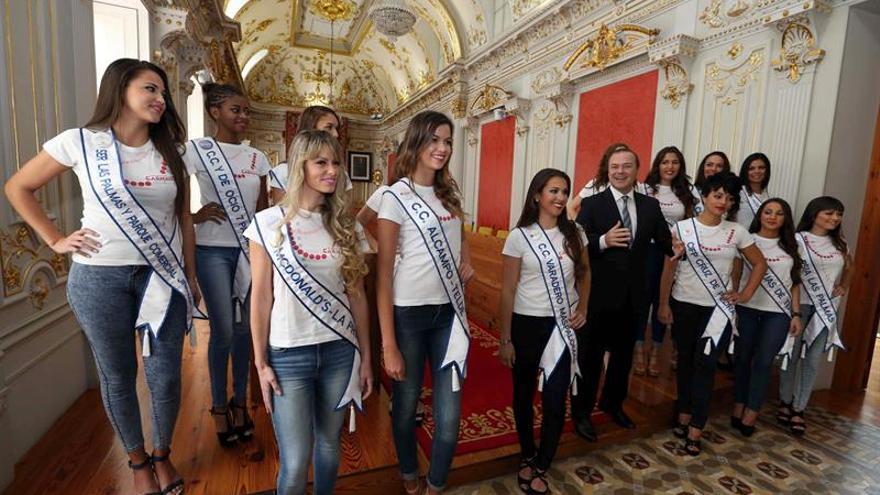El alcalde de Las Palmas de Gran Canaria, Augusto Hidalgo, recibió en las Casas Consistoriales a las quince aspirantes al título de Reina del Carnaval de la ciudad.