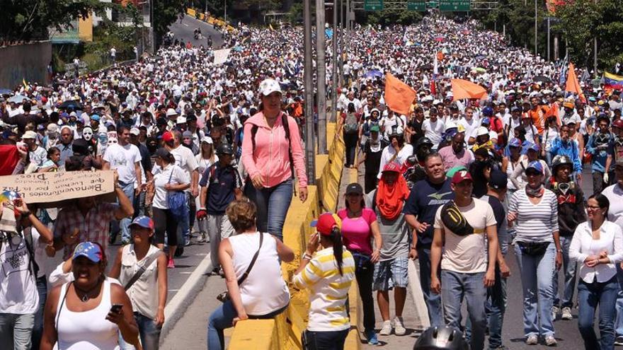 """La oposición se manifiesta por la paz en Caracas y llama a otro """"plantón"""" mañana"""