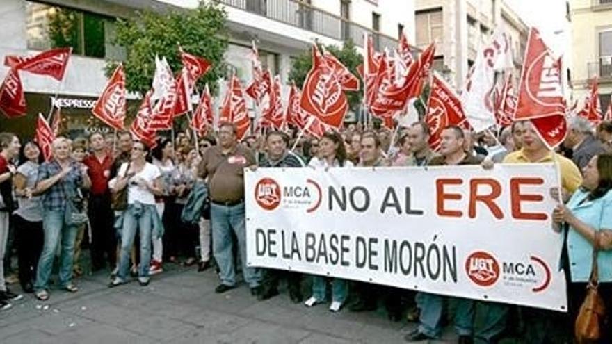 Los afectados del ERE de la base de Morón piden ampliar el periodo de consultas del despido colectivo