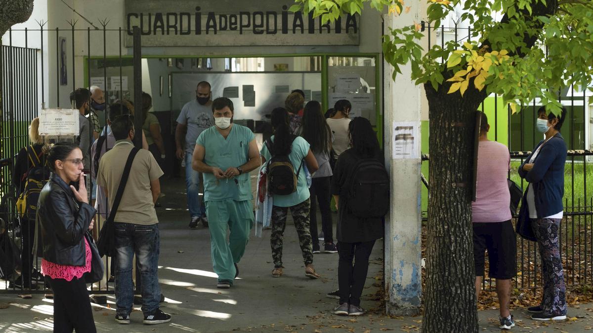 Largas filas en las últimas horas en el Hospital de Quilmes para realizarse el test rápido de coronavirus luego del fin de semana de Pascuas.