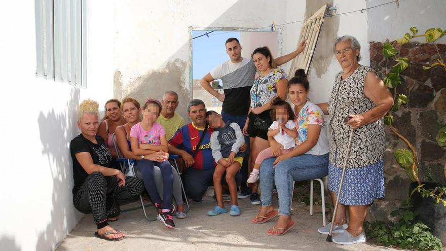 Vecinos de los barracones de Juan Grande.