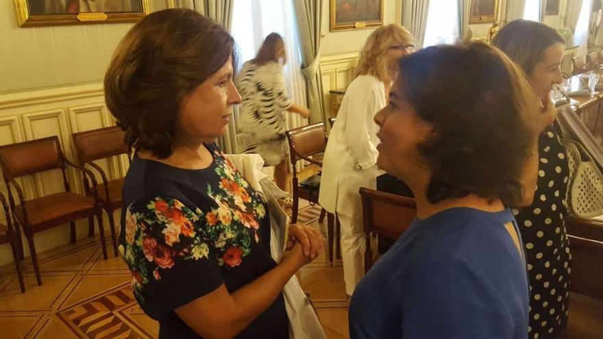 La consejera de Hacienda y Administración Pública, Pilar Blanco-Morales, acompañada de la vicepresidenta Sáenz de Santamaría