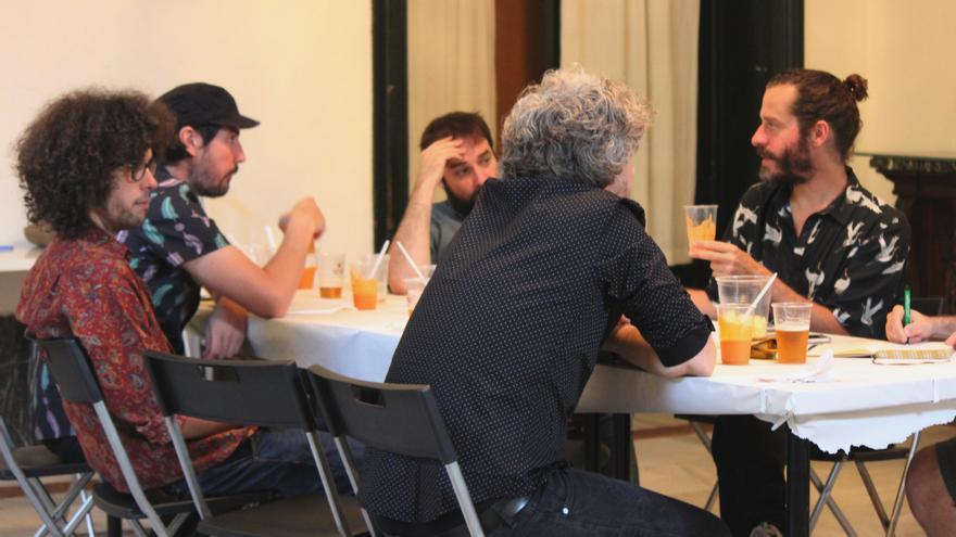 El grupo come algo antes del concierto en Nocturama