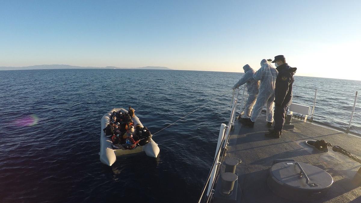 Un buque turco se acerca a una embarcación supuestamente rechazada por las autoridades griegas