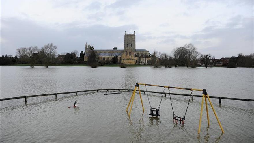 Fuerte viento y olas gigantes provocarán más inundaciones en costa británica