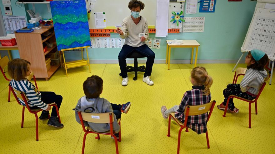 Un profesor con mascarilla enseña a un grupo reducido de niños en Champ l'Eveque School, en Bruz, Francia