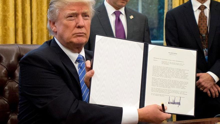 Trump muestra sus decretos firmados, aportando continuos datos sobre sí mismo.