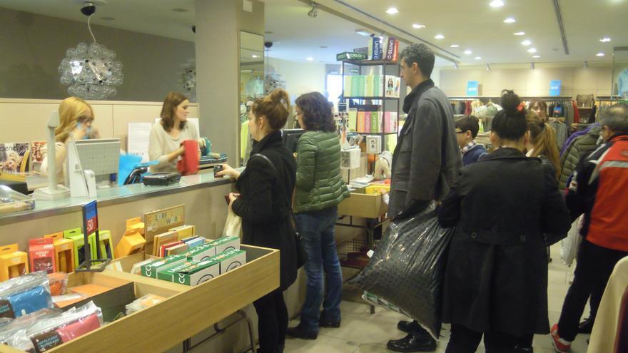 """Bilbao registra un """"templado"""" inicio de rebajas, con descuentos del 20% en comercio local y del 40% en gran superficie"""