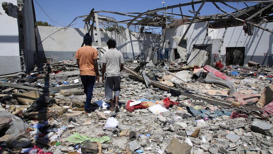 Escombros del centro de detención donde murieron al menos 44 personas al este de Tripoli (Associated Press)