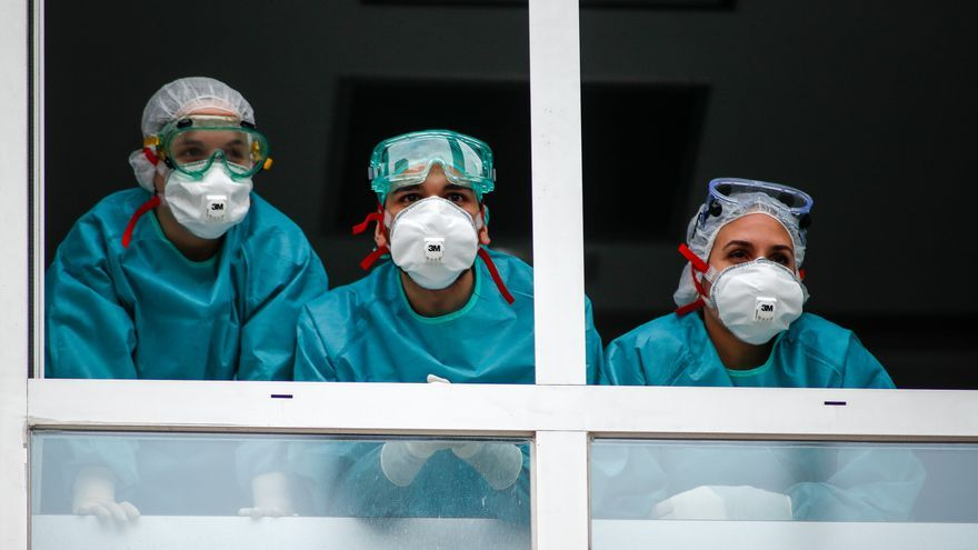Varios sanitarios con protección EPI, mascarillas, gafas y guantes