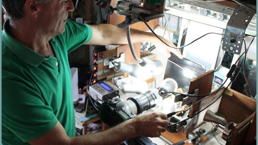 Facundo Cabrera con su 'caja de luz'.