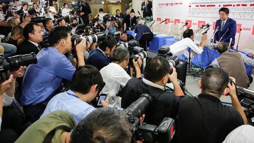 Coalición gobernante de Abe asegura la mayoría de dos tercios en elecciones