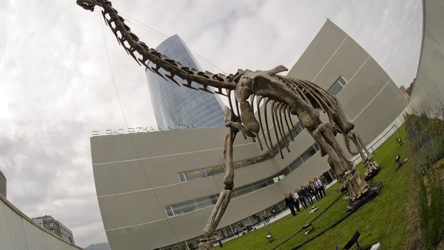 Una exposición muestra en Bilbao el esqueleto a escala real del dinosaurio más grande de Europa, Turiasaurus riodevensis
