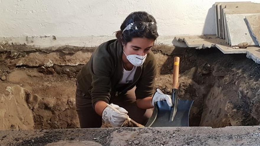 Nuria álvarez durante la excavación en el Castillo de Santa Catalina.