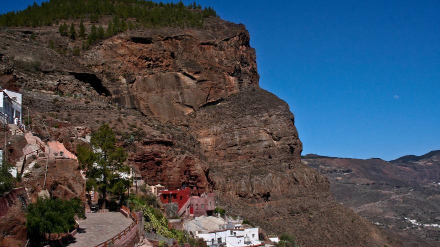 Casas excavadas en la montaña en Artenara.