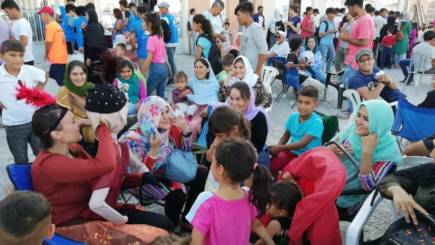 El títere Beatriche interactúa con refugiados durante una actuación