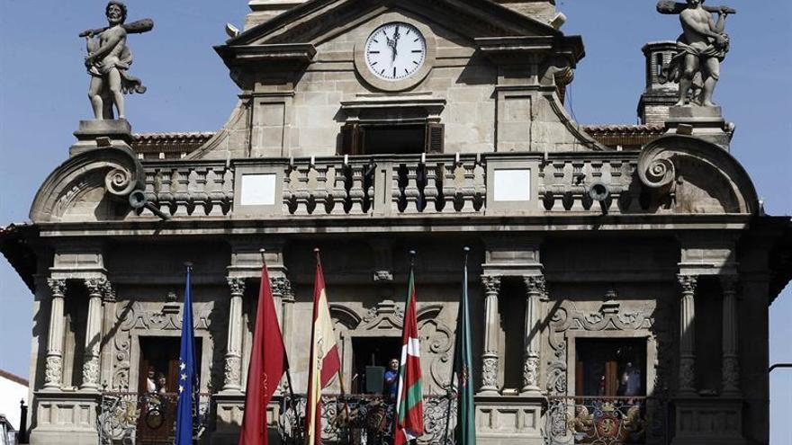 Un quinto mástil en el balcón del Ayuntamiento permanecerá vacío en el chupinazo