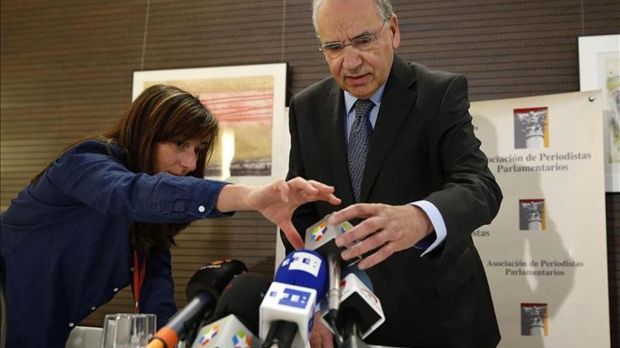 """Guerra pide a Rajoy debatir de la Constitución aunque ve """"difícil"""" reformarla"""