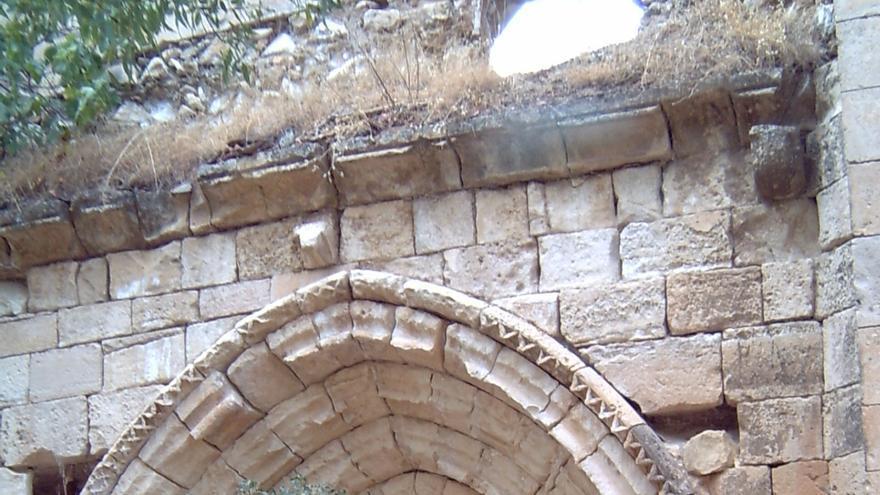 Uno de los accesos, deteriorado, al Monasterio de Bonaval en Retiendas. Raquel Gamo.