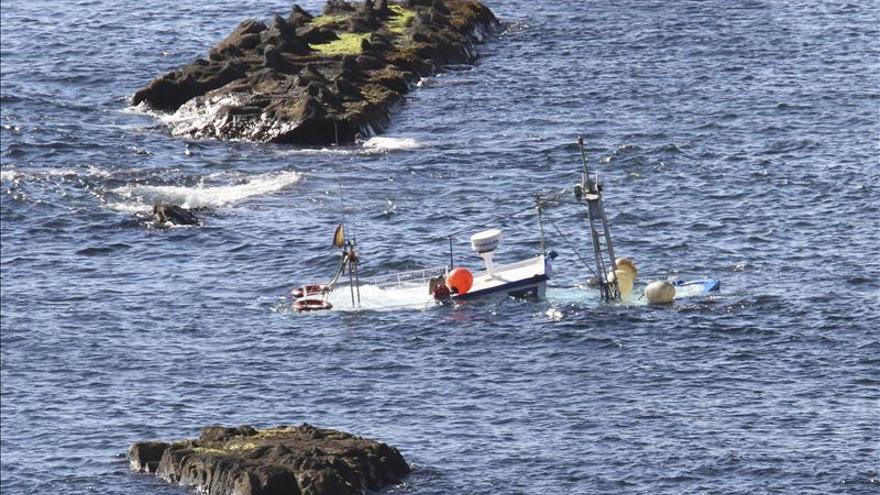 Rescatan a los cuatro tripulantes de un pesquero hundido en Algeciras