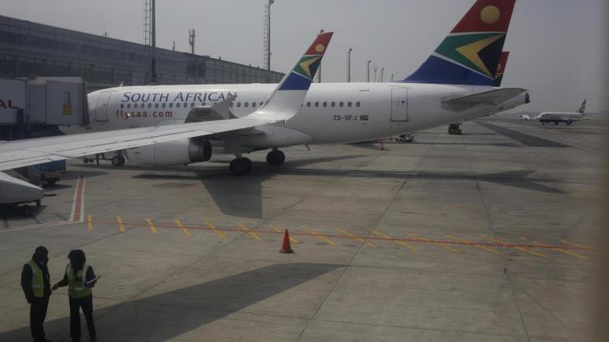 La aerolínea estatal sudafricana cancela casi 40 vuelos por falta de fondos. EPA/KIM LUDBROOK/Archivo