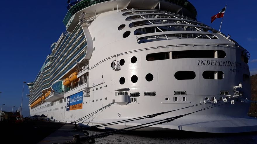 El  'Independence of the Seas', este lunes, en el Puerto de Santa Cruz de La Palma.
