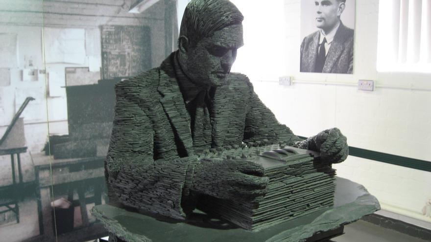 Alan Turing ideó un juego de la imitación para comprobar si las máquinas pensaban