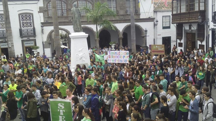 Los estudiantes en la Plaza de España antes de iniciar la marcha.