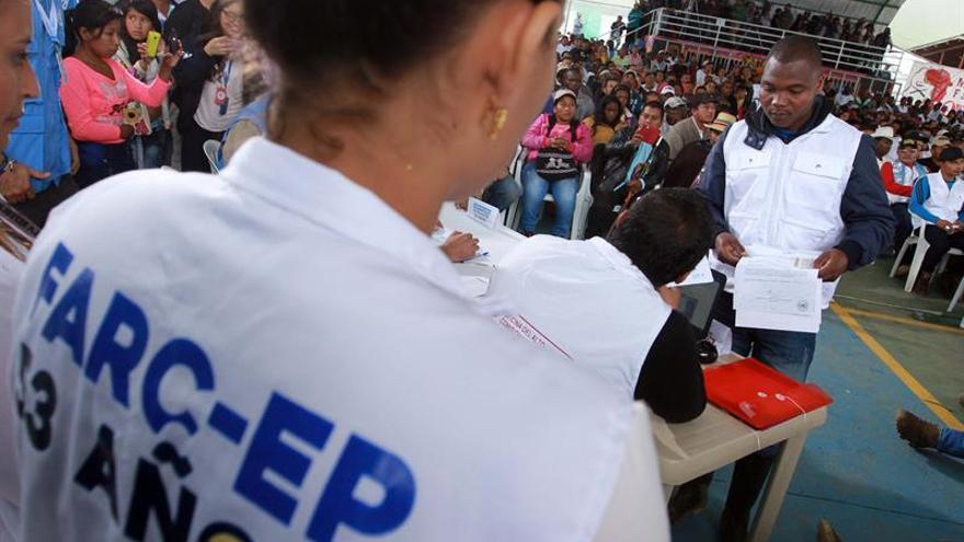 De los fusiles a los lápices, exguerrilleros de las FARC afrontan un nuevo reto