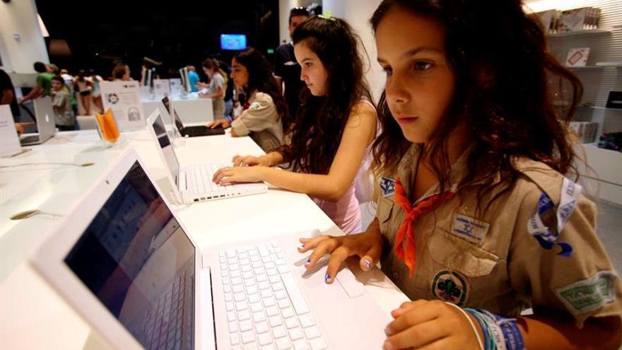 Adultos deben hablar con los chicos del uso que dan a internet, dice experta