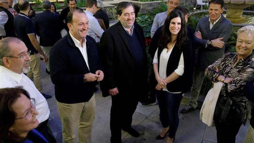 El presidente de la Comisión Gestora de Ciudadanos (Cs), Manuel García Bofill (c), junto al diputado Ricardo Fernández de la Puente (i). EFE/Ramón de la Rocha