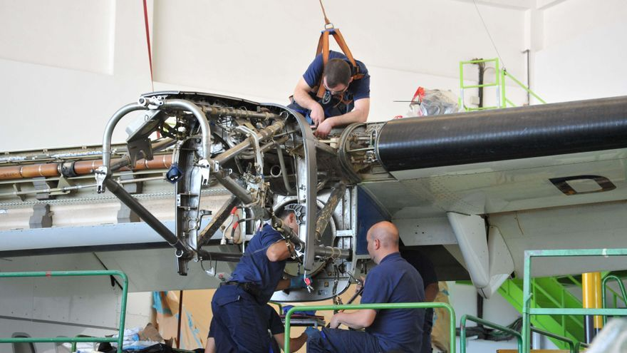En la imagen, personal del mantenimiento de aeronaves.