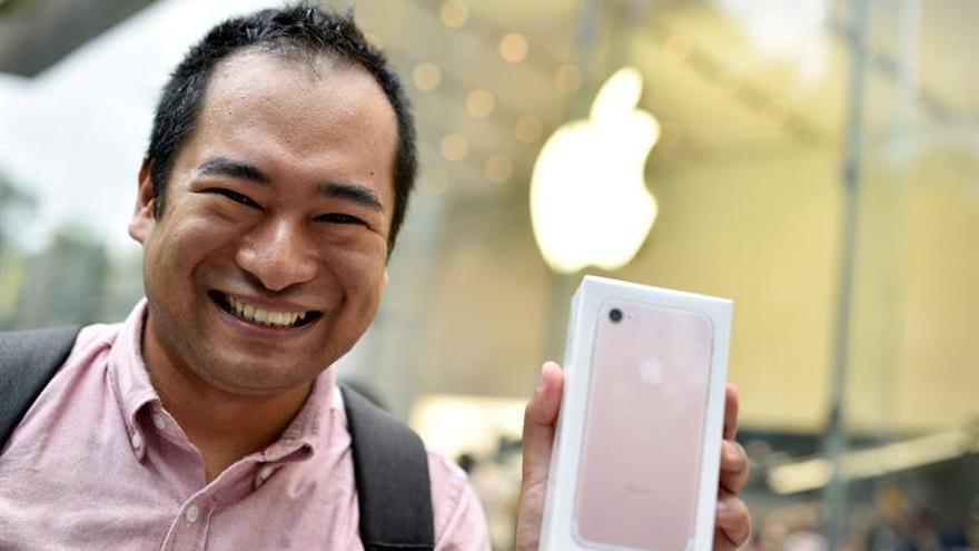 Largas filas y expectación para hacerse con el iPhone 7 en Japón