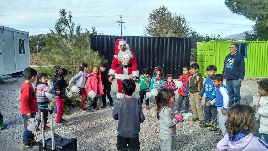 Amigos de Ritsona celebra la Navidad con los niños del campo de refugiados en Grecia