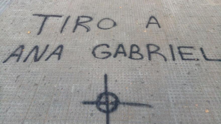 Pintada de amenazas a gabriel, en el suelo de la UV.
