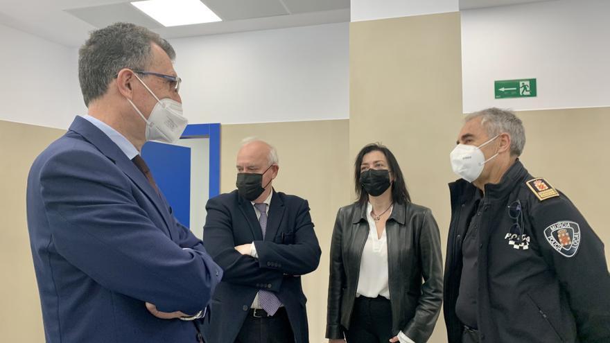 El alcalde de murcia, primero por la izquierda, durante su visita este lunes a la comisaría de Policía Local en Espinardo