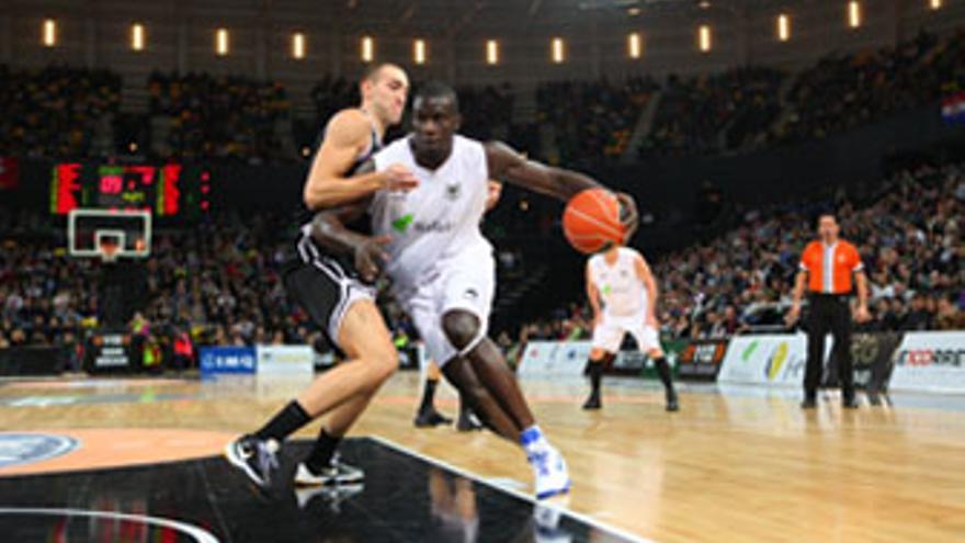 Sitapha Savané pugna con Axel Hervelle en el encuentro de Liga ACB entre Lagun Aro Bilbao y CB Gran Canaria de la presente campaña. (ACFI PRESS)