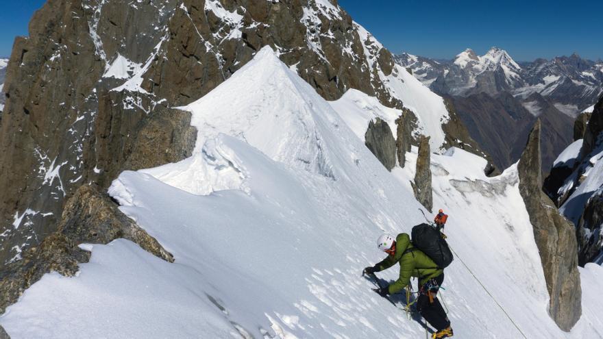 Travesía para realizar el primero de los numerosos rápeles del descenso. De fondo, la cima del Arjuna.