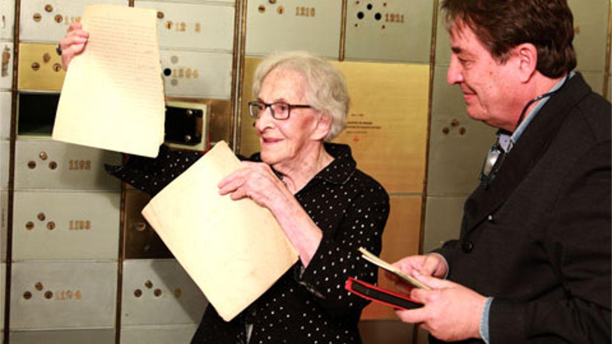Ida Vitale muestra el manuscrito de José Bergamín que ha depositado en la Caja de las Letras | INSTITUTO CERVANTES (JUANJO DEL RÍO)