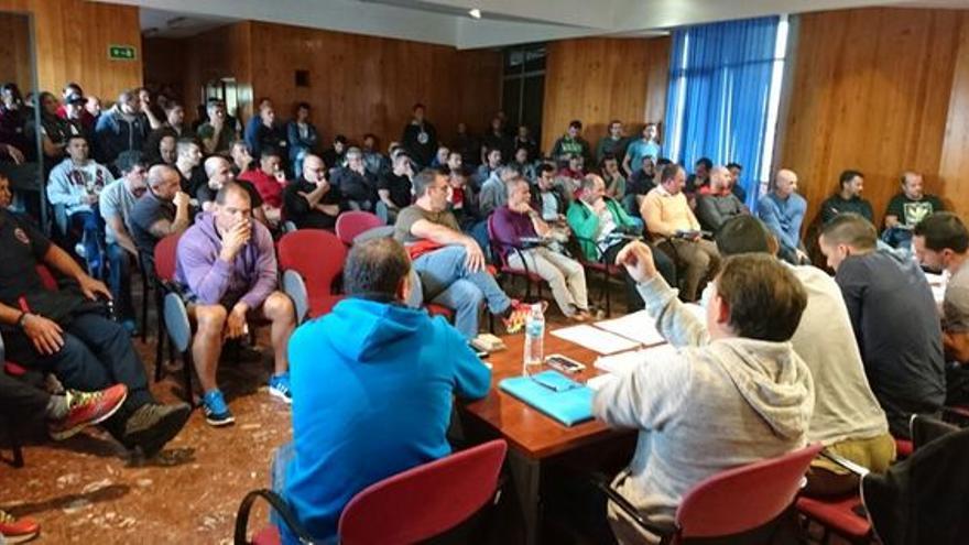 Asamblea de los bomberos de Tenerife en que se aprobó ir a la huelga, en enero pasado