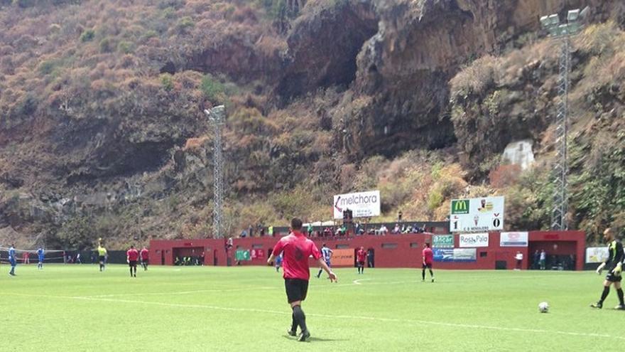 En la imagen, un momento de partido entre el CD Mensajero y el Pontevedra celebrado este domingo en el Silvestr Carrillo. Foto: Sergio Matos.