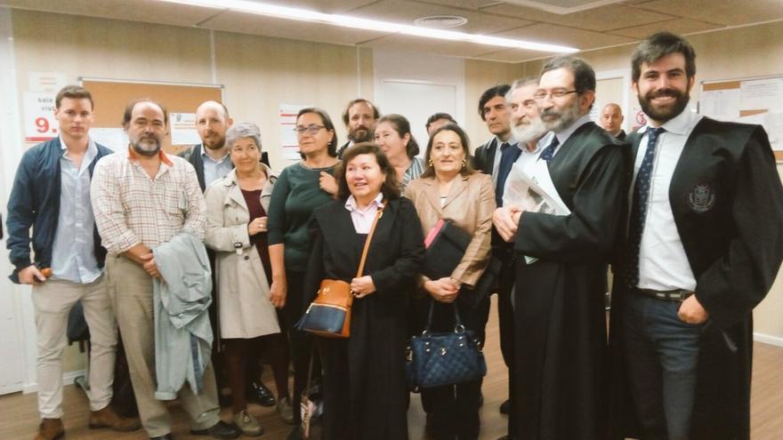Aisha junto a miembros de la asoaciación ALA que la han apoyado a la puerta de los juzgados.