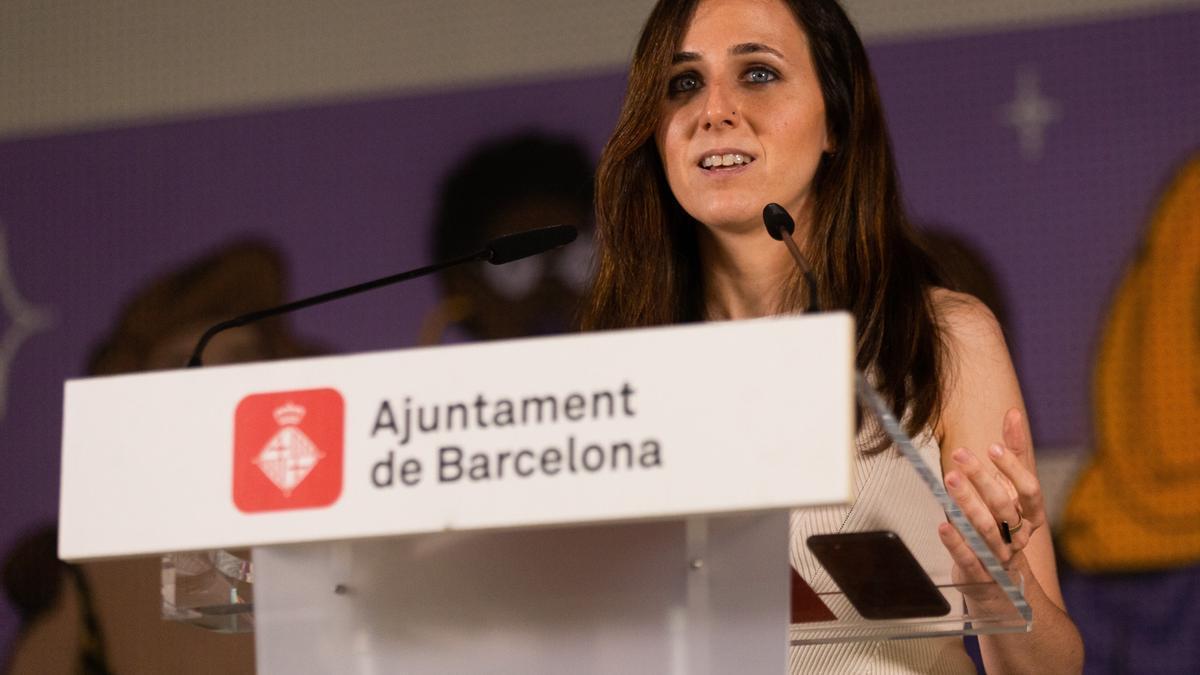 La ministra de Derechos Sociales y Agenda 2030, Ione Belarra, durante la rueda de prensa que ha ofrecido este jueves junto a la alcaldesa de Barcelona, Ada Colau.