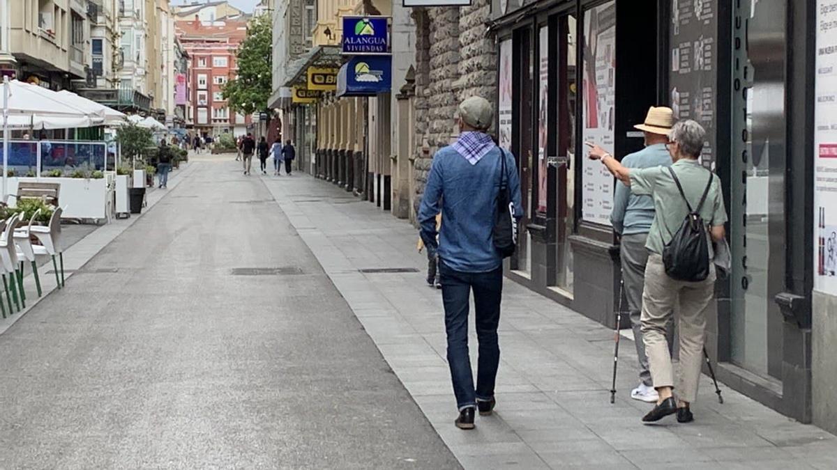 Una persona con pañuelo festivo, este domingo en una tranquila calle del centro de Vitoria