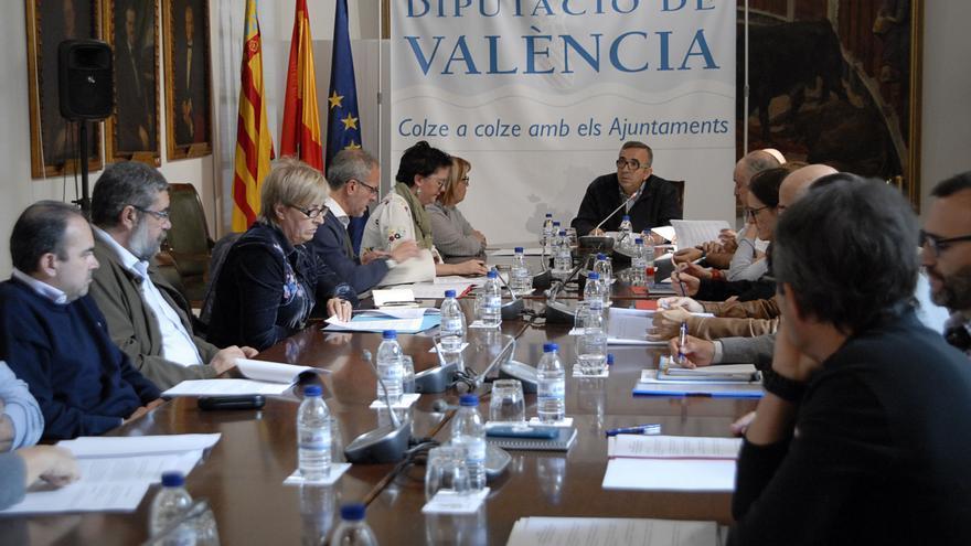Imagen de la reunión de Voro Femenia con los responsables municipales en la Diputación