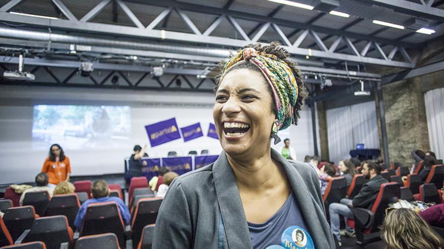 Marielle Franco durante un encuentro de candidatas feministas de Río de Janeiro. Foto: Mídia NINJA/Flickr