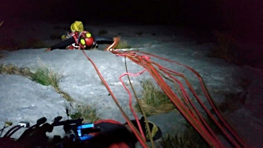 Rescatados dos escaladores tras pasar horas suspendidos en una pared de los Picos