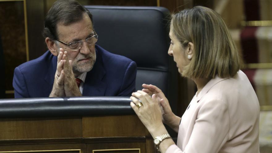 El presidente del Gobierno, Mariano Rajoy (i) conversa con la ministra de Fomento, Ana Pastor, durante el pleno del 15 de septiembre de 2015 en el Congreso.
