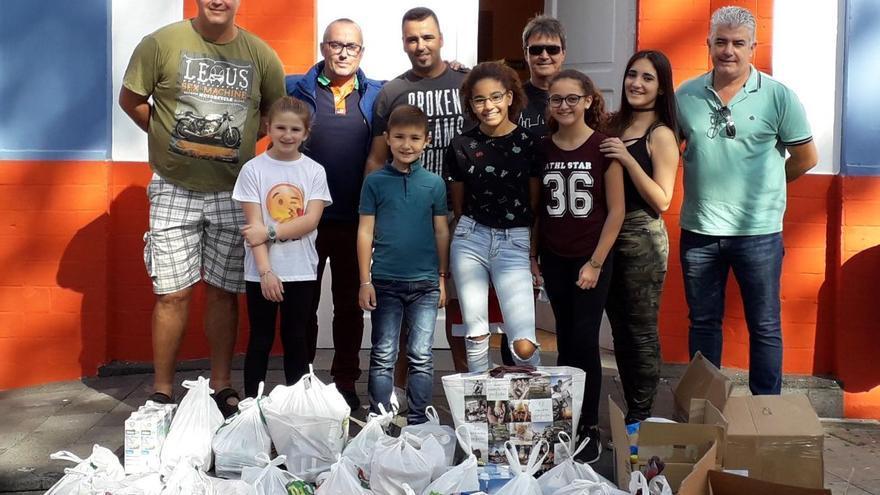 Los vecinos del Valle de La Luna donaron los alimentos al Ayuntamiento.