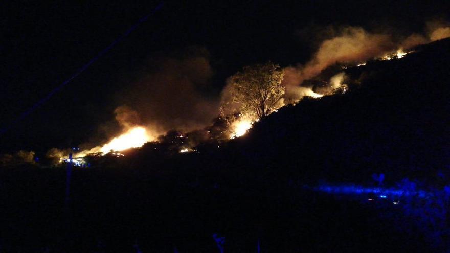 Incendio en Cazadores (Telde).
